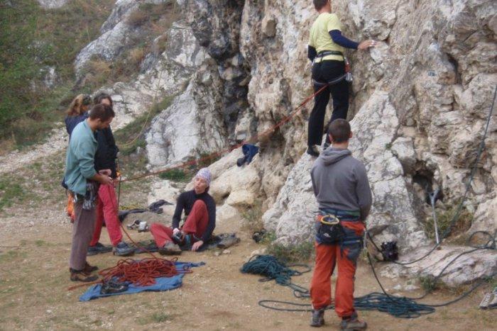 Ilustračný obrázok k článku Adrenalínové lezenie po skalách  Aj taká je  nitrianska Kalvária. 52f908f4f14